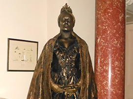 Queen Elizabeth Living Statue