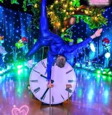 Alice in Wonderland Hand balance act